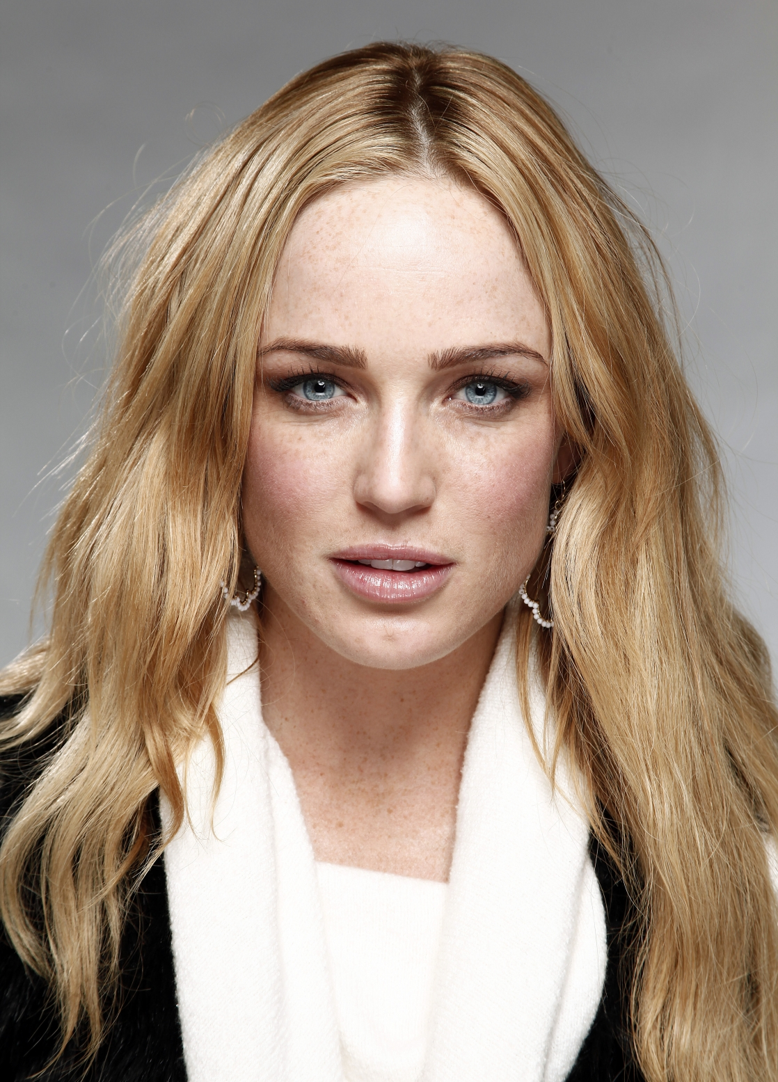 Caity Lotz earned a 0.4 million dollar salary - leaving the net worth at 2 million in 2017